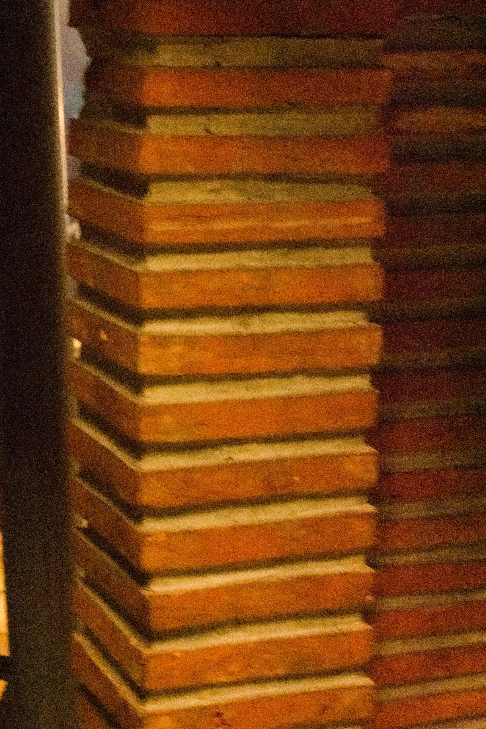 Gemetselde zuil(en) in de binnenkant van de kathedraal. Alleen zonder een afvoeging gelijk met de buitenkant.