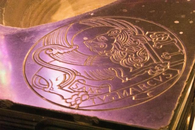 Detail van het doopvont uit zwart marmer en gemaakt uit één stuk.