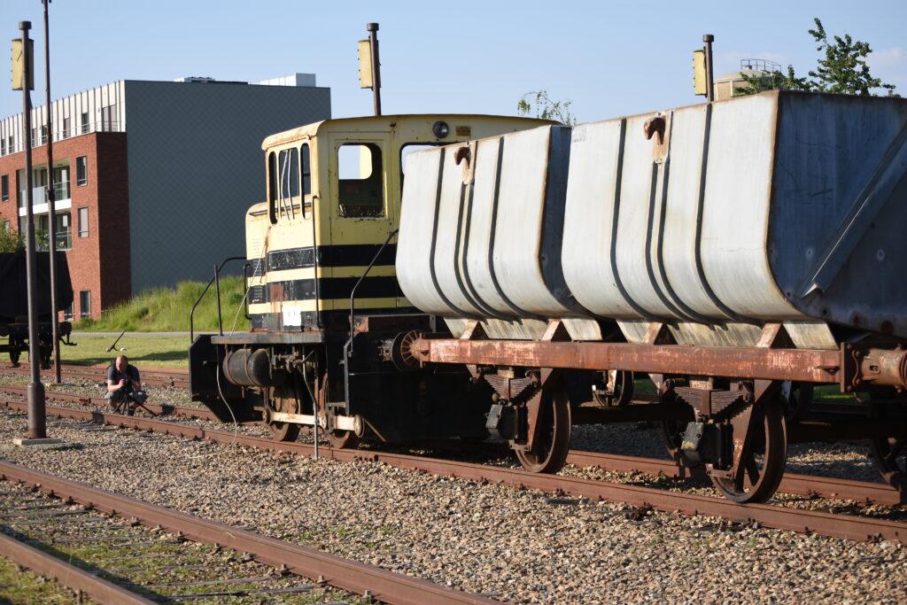 Oude diesel loc bij het voortrekken van de geladen kolen wagons